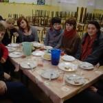 Grupa eksploratorów podczas obiadu.